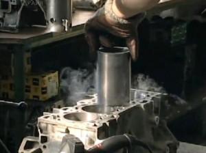 Установка охлажденной гильзы в блок цилиндров