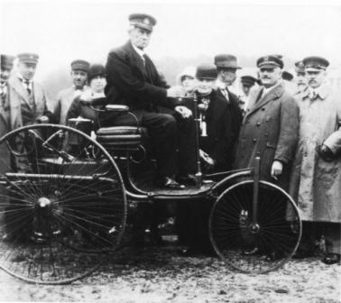 Карл Бенц на первом автомобиле