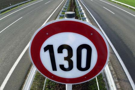 Знак ограничения скорости на автомагистрали