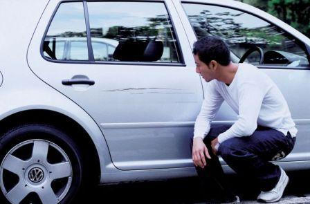 Повреждение автомобиля в виде царапины