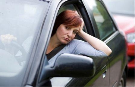 Девушка скучает в автомобильной пробке