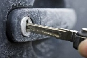 Как открыть замерзший замок в машине
