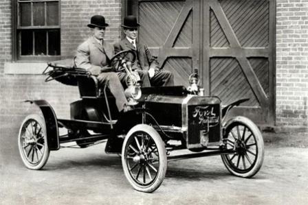 Генри Форд на автомобиле
