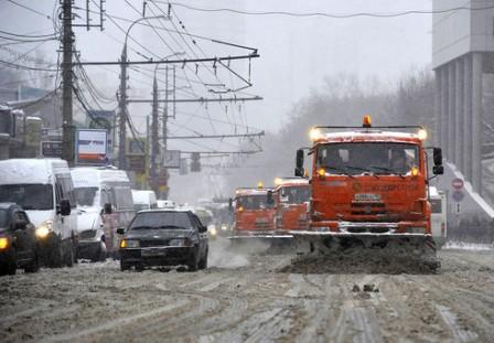 Дорожники расчищают выпавший снег