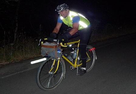 Велосипедист в экипировке