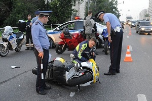 Разбитый скутер на дороге