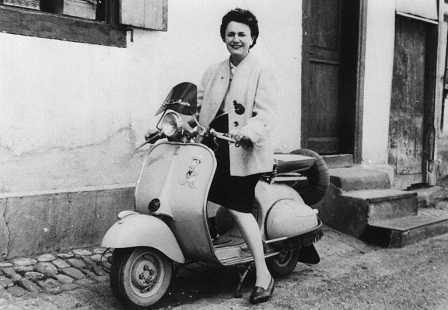 Женщина на скутере