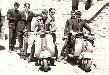 Участники движения MODY на скутерах