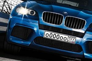 Автомобиль с красивым регистрационным номером и кодом региона