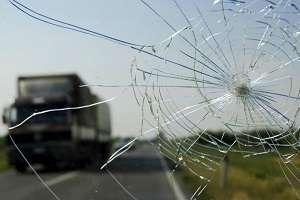 Kamen vyletevshij iz-pod koles i razbivshij lobovoe steklo