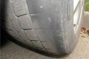 avtomobil-zhuyot-rezinu_автомобиль жует резину
