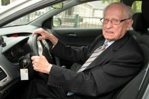 Пожилые водители на дороге