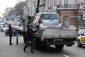 Эвакуатор забирает автомобиль в присутствии владельца
