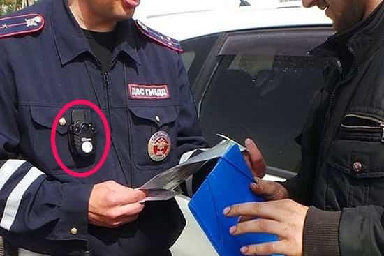 Видеокамера инспектора ДПС при общении с водителем