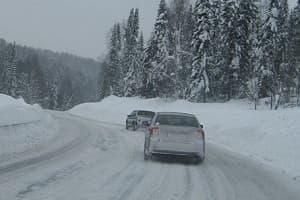 Езда по заснеженной дороге