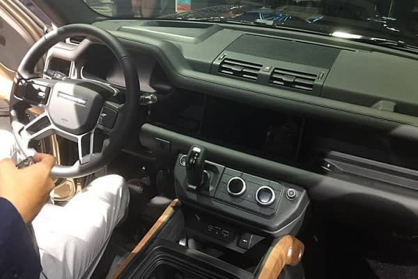 Салон Land Rover Defender 2020 года