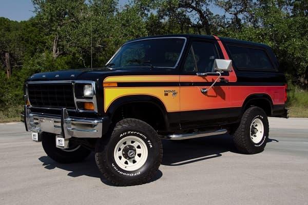 Ретро автомобиль Ford Bronco 1981 года