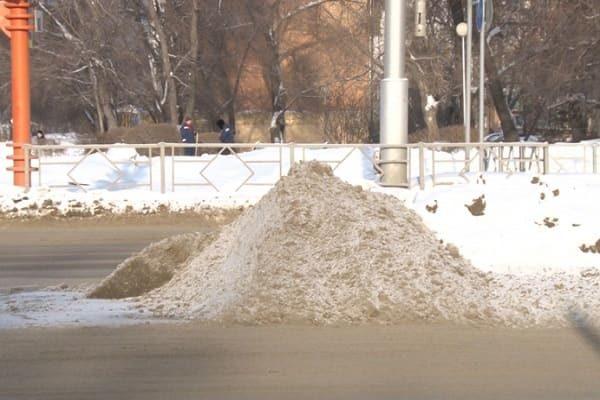 Куча снега посреди дороги
